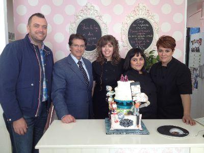 Francisco Jódar felicita a las emprendedoras de »Señor Pastel» por haber sido elegidas como mejor proveedor de tartas de boda por Bodas.net